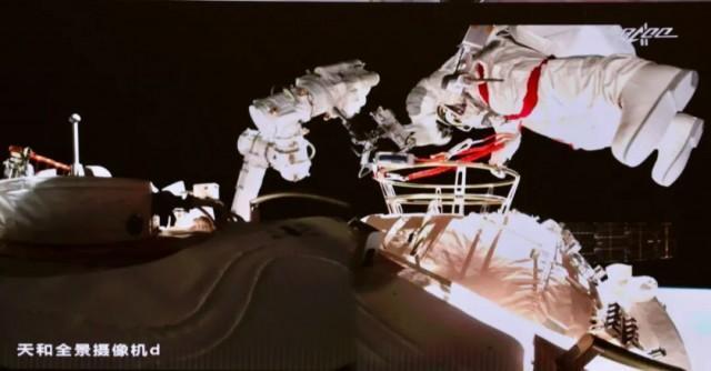 宇航员二次出舱.jpeg